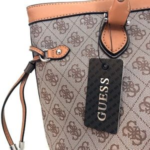 Brand new Guess purse 👜 Beige and gray
